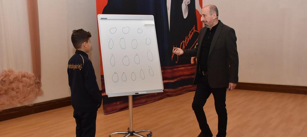 Antalya Kolejinde Emrehan Halıcı ile 'Sayılarla Oyun' konulu seminer