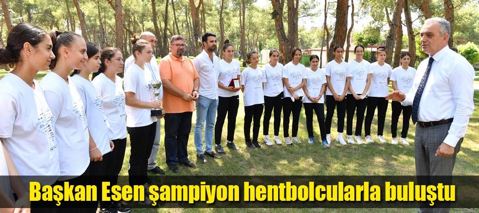 Başkan Esen şampiyon hentbolcularla buluştu