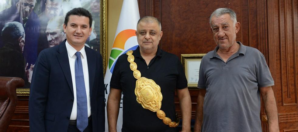 Başkan Köleoğlu'ndan güreş ağası Niyazi Çiftçi'ye Altın Kemer