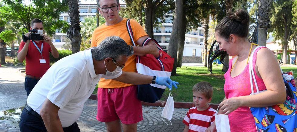 Başkan Topaloğlu, Kemer caddelerinde maske dağıttı