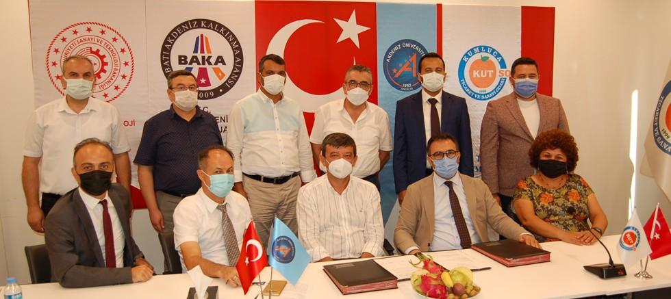 Batı Antalya'yı 'Tropik Meyve Üretim Merkezi' yapacak projenin imzaları atıldı