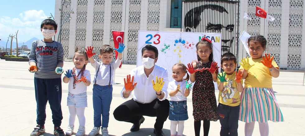 Belediye Başkanı Turgay Genç, 23 Nisan resmini çocuklarla birlikte tamamladı