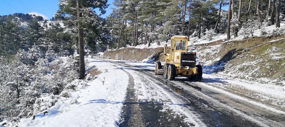 Büyükşehir ekipleri teyakkuzda, kardan kapanan yollar açılıyor