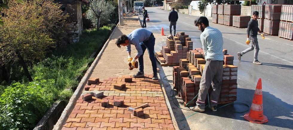 Büyükşehir Finike Atatürk Caddesi'nin kaldırımını yeniliyor