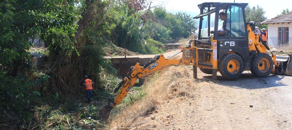 Büyükşehir Kumluca'da kanal temizliği yapıyor