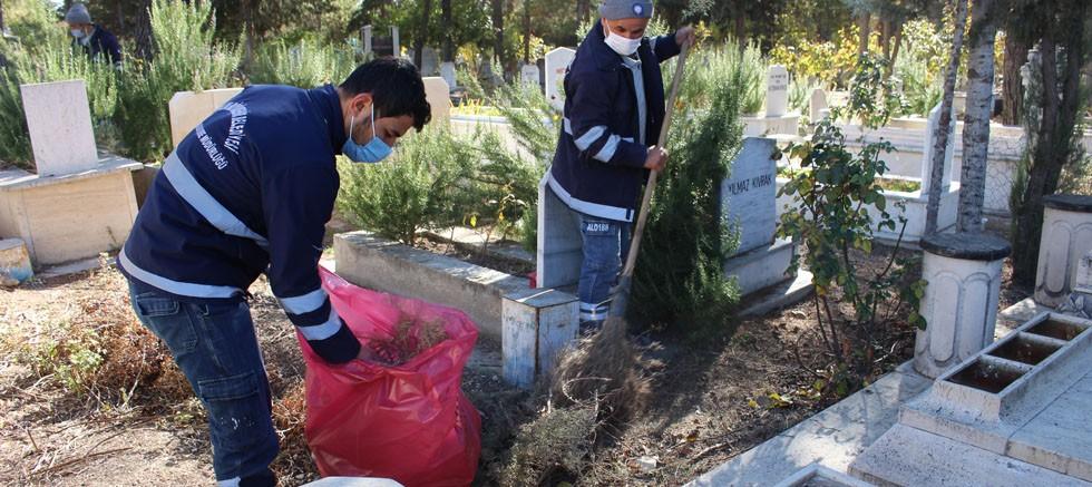 Büyükşehir mezarlıklarda bahar temizliği yapıyor