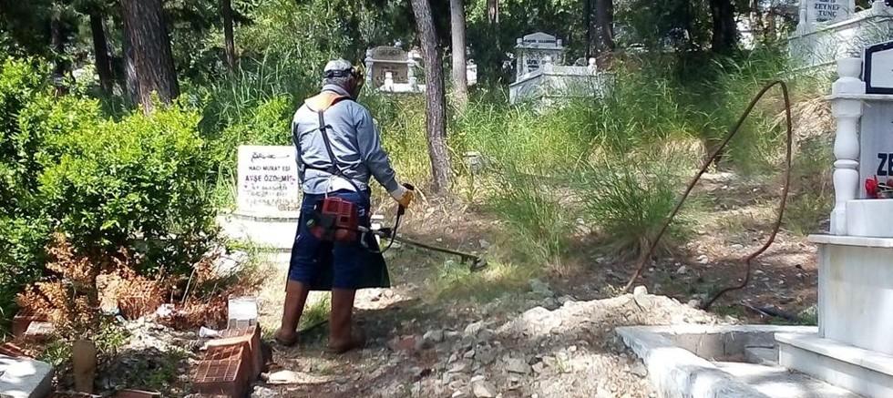 Büyükşehir mezarlıkları düzenli olarak temizliyor