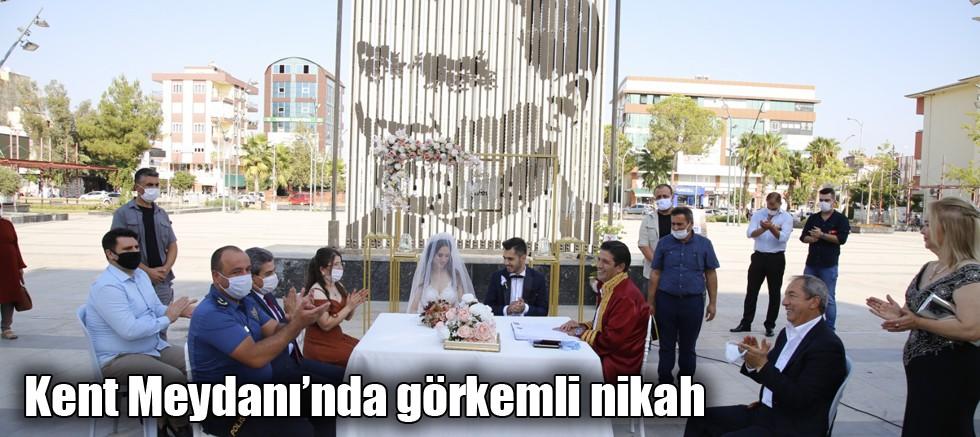Döşemealtı'nda Kent Meydanı'nda görkemli nikah