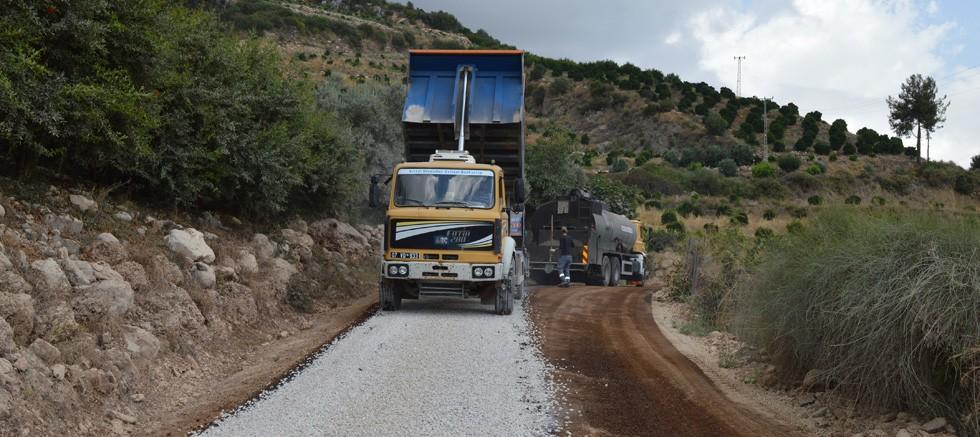 Finike Asarönü-Alacadağ grup yolu asfaltlanıyor