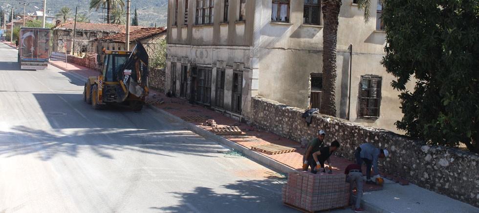 Finike Atatürk Caddesi'nde kaldırım çalışması sürüyor