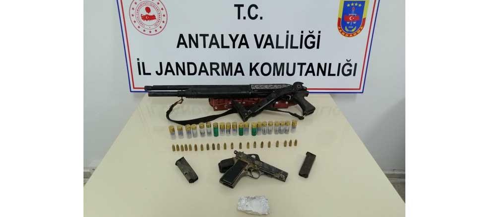 Kamyonette tüfek, tabanca ve uyuşturucu madde ele geçirildi