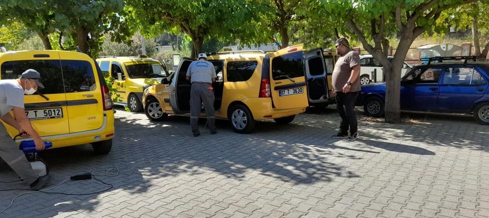 Kemer'de otobüs ve taksi durakları dezenfekte ediliyor