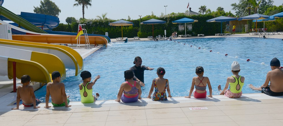 Kumluca Belediyesi Gençlik Merkezi yüzme kursu açtı