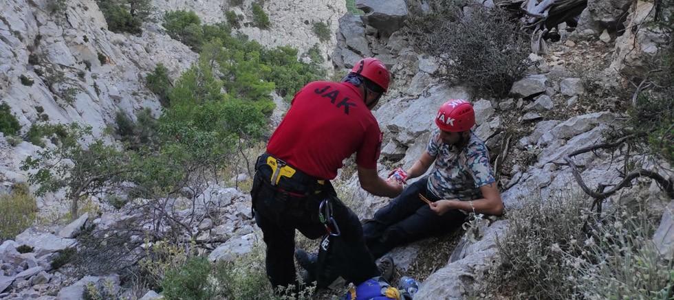Uçurum kenarında mahsur kalan kişi kurtarıldı